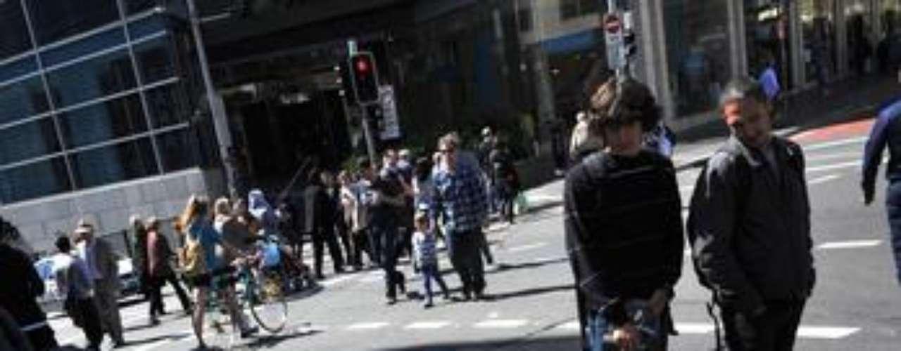 Activistas por los derechos de los animales (Peta) protestaron en Sidney, Australia, introduciéndose semidesnudos en unos ataúdes simulados, en protesta por el empleo de pieles de animales en las colecciones de moda de las de las grandes firmas, como la italiana Armani.
