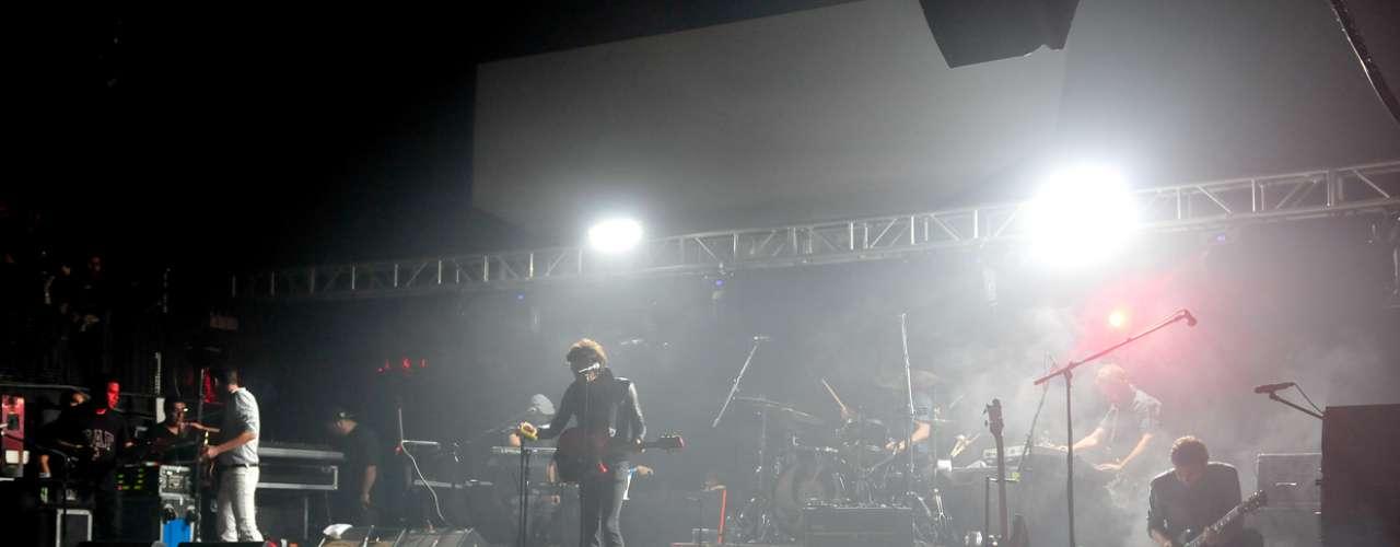 La banda mexicana Zoé, liderada por León Larregui, llenó de energía el Club  Chocolate con casi dos horas de show, en las que repasaron sus 15 años de carrera y enseñaron su lado más rockero y sicodélico, apoyados por una iluminación y escenario espacial.