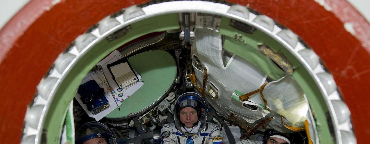 El cosmonauta ruso Evgeniy Tarelkin asiste a una sesión de entrenamiento en el centro espacial Star City afueras de Moscú 14 de septiembre 2012. Tarelkin, junto con el astronauta de la Nasa Kevin Ford y el cosmonauta ruso Oleg Novitskiy. Los navegadores espaciales  se están preparando para una misión a la Estación Espacial Internacional en octubre de 2012. REUTERS / Sergei Remezov.
