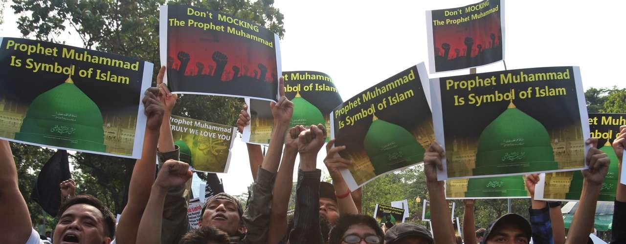 Por otro lado en Indonesia, cerca de 400 personas se manifestaron ante la embajada estadounidense en Yakarta, para protestar por el controversial video. La manifestación, en la que participaron mujeres y niños, fue convocada por el grupo fundamentalista Hizb ut Tahir, con escasa influencia en Indonesia, el país musulmán más poblado del mundo.