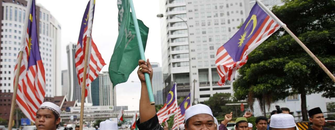 En tanto unos treinta activistas de organizaciones musulmanas de Malasia se congregaron ante la embajada de EE.UU. en Kuala Lumpur para exigir que actúe judicialmente contra los productores del video considerado blasfemo por seguidores del Islam.