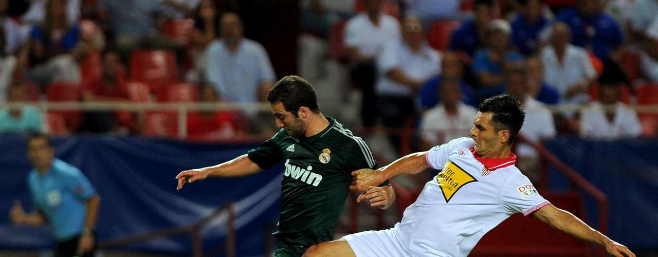 Gonzálo Higuaín buscó aprovechar la inercia goleadora que trajo tras las eliminatorias, pero sus disparos no causaron peligro ante la cabaña sevillana.