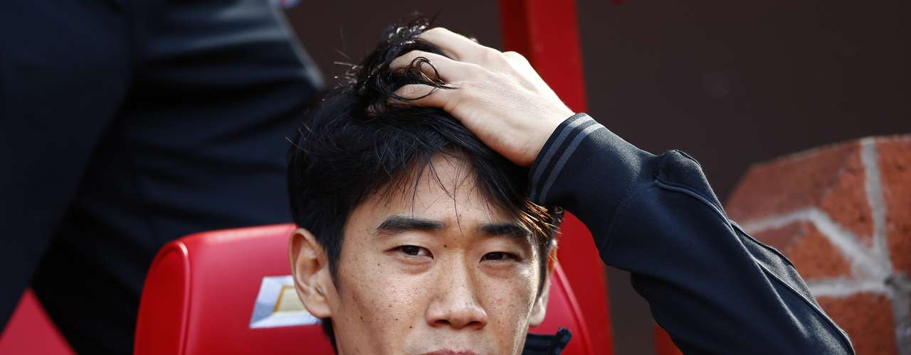 United's Shinji Kagawa joined van Persie on the bench. REUTERS/Darren Staples