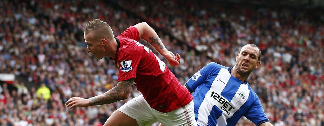 Alexander Buttner (L) goes around Wigan Athletic's Ivan Ramis before scoring .  REUTERS/Darren Staples