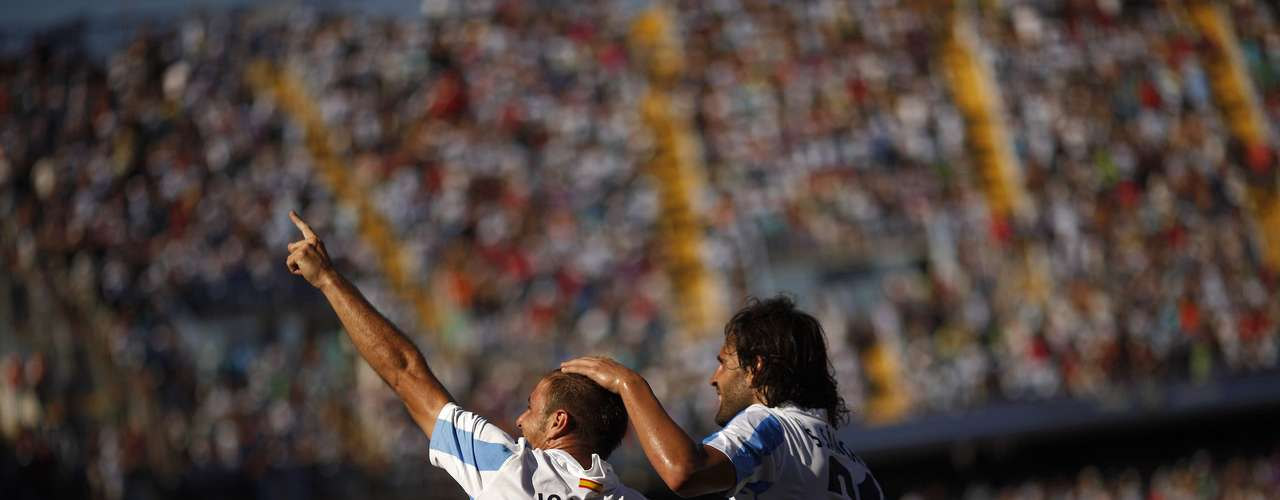 Joaquin (L) looks to the crowd, who cheer on the current league leaders in La Liga. REUTERS/Jon Nazca