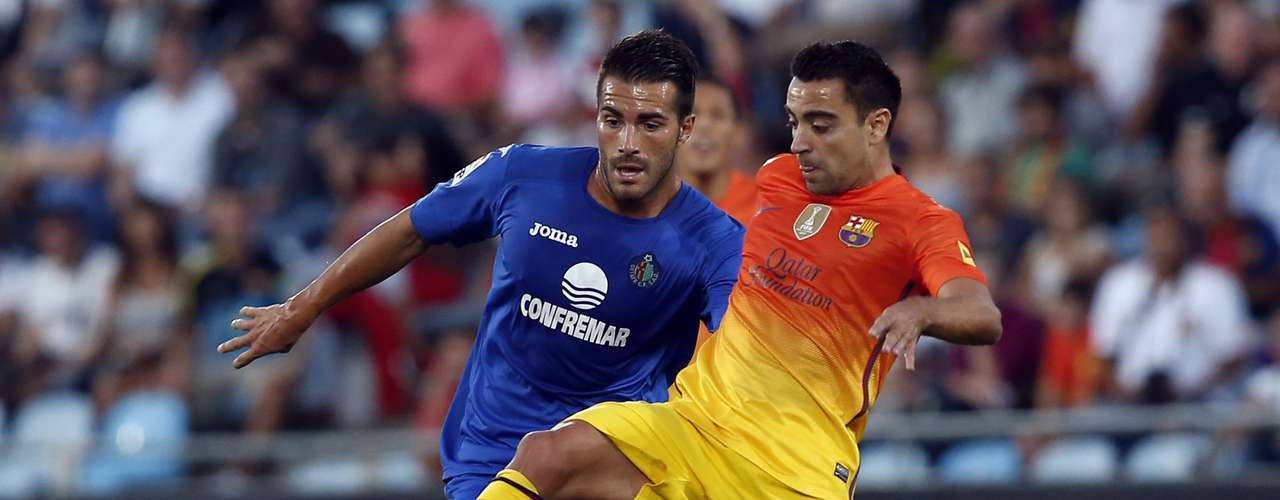 Barcelona's Xavi (R) and Getafe's Xavi Torres go toe-to-toe for possession.. REUTERS/Sergio Perez