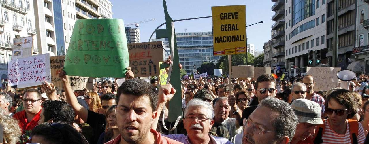 Los manifestantes exigieron también a Passos Coelho que no aplique las nuevas medidas de ajuste anunciadas la semana pasada, que supone una nueva reducción de salarios superior al 7%