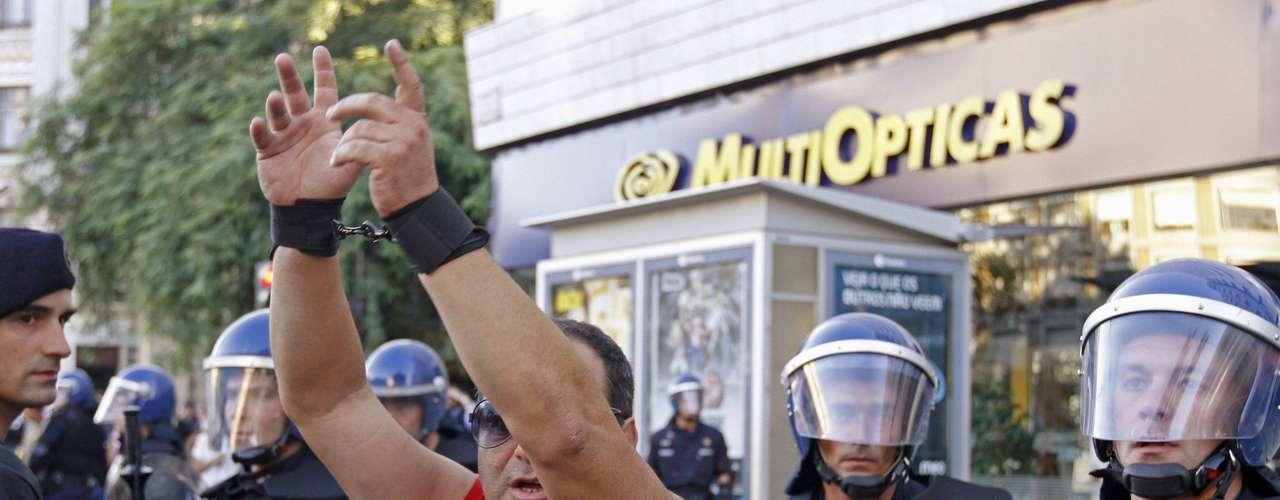 Con el ruido de petardos y bocinas, las marchas recorrieron de forma pacífica la capital, Oporto y otra veintena larga de ciudades lusas para expresar el rechazo a la política de austeridad exigida por la troika, que mantiene bajo estrecha vigilancia las finanzas del país.