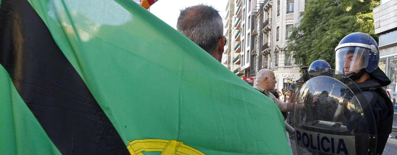 En Lisboa, la marcha discurrió por el centro de la ciudad hasta la céntrica plaza de España con gritos y pancartas contra el Ejecutivo conservador de Pedro Passos Coelho y las duras medidas de ajuste aplicadas en sus quince meses en el poder para cumplir los requisitos del rescate financiero luso.