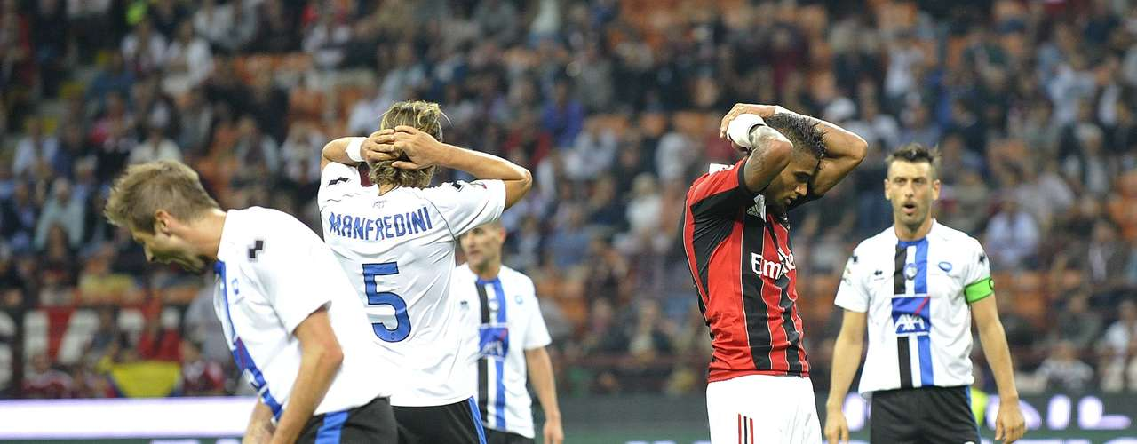 Boateng (2nd R) reacts as Atalanta's players celebrate at the end of their Serie A soccer match.  REUTERS/Giorgio Perottino