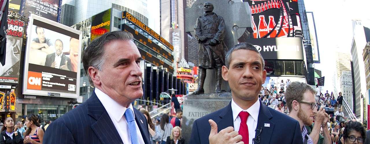 Dicen que la política es el arte de lo posible. Y eso se concretó en Time Square en Manhattan, cuando Mitt Romney y Barack Obama hicieron campaña juntos. Bueno, sus imitadores al menos.