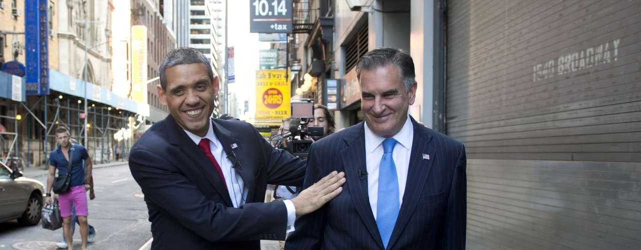 De su lado, Mike Cote dice que Romney es difícil de imitar, especialmente su voz, aunque su pelo gris, su frente prominente, sus cejas y ojos pequeños y brillantes son lo suficientemente buenos para confundir a muchos que creen estar ante el multimillonario que quiere llegar a la Casa Blanca. \