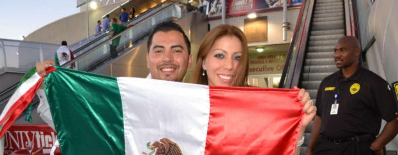 Antes de la pelea, muchos mexicanos, en su mayoría, se vieron animados Thomas and Mack Center para presenciar la pelea estelar entre Julio César Chávez ante Sergio 'Maravilla' Martínez.