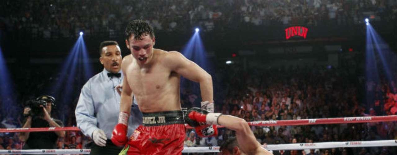 En el primer minuto del 12º round, Chávez pescó a Martínez con un gancho al mentón y le combinó con derecha recta para mandarlo dos veces a la lona, la última consierada un resbalón por el árbitro Tony Weeks.