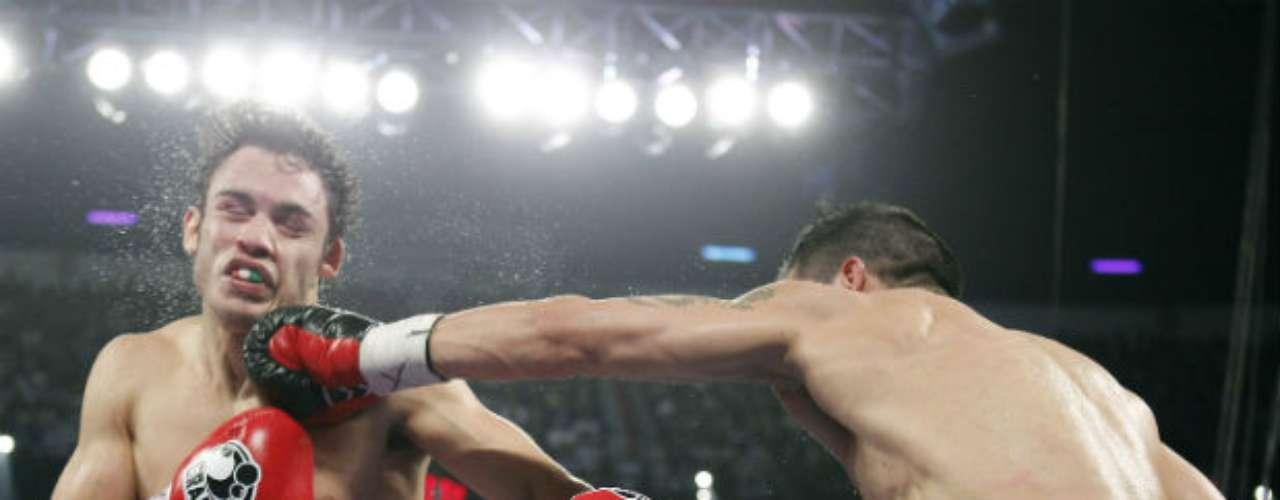 El argentino le metió bien en varias ocasiones la zurda al mexicano que terminó lastimado del rostro.