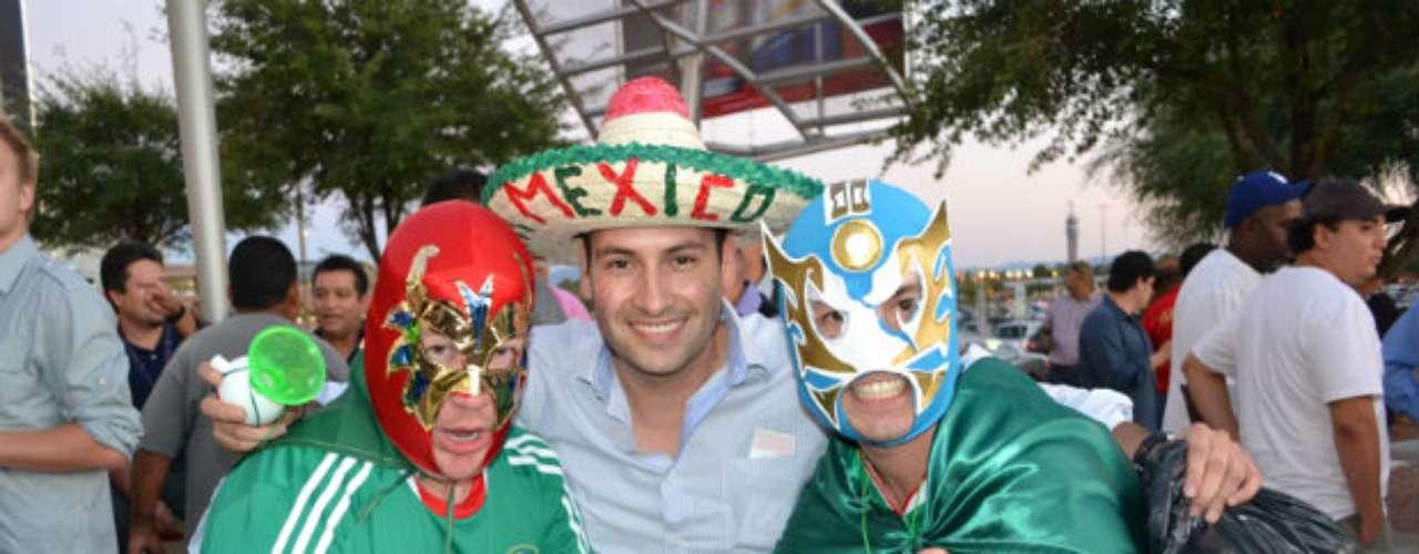 Aficionados con máscaras de luchadores le dieron color al evento.