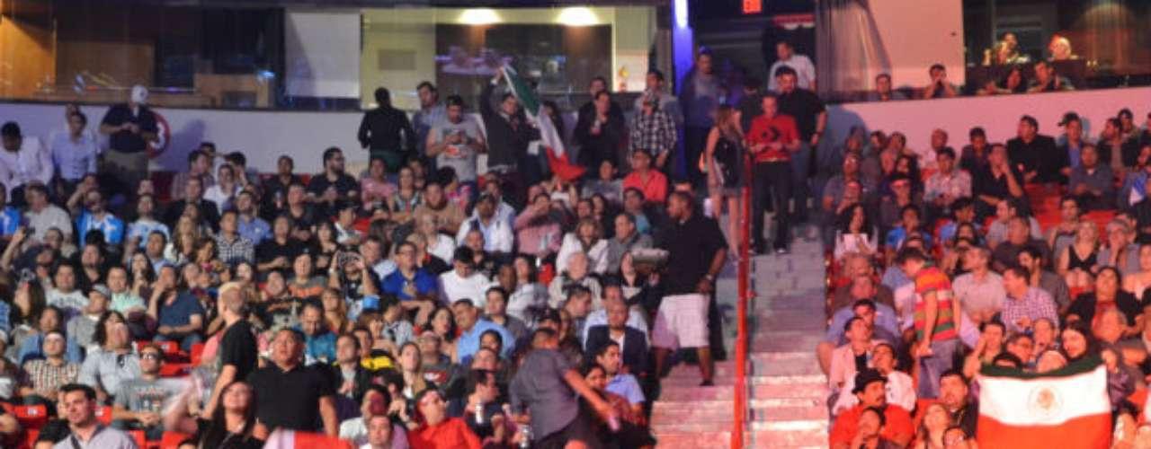 El público lucía expectante previo a las funciones de box, esperando una victoria de Chávez o Maravilla.
