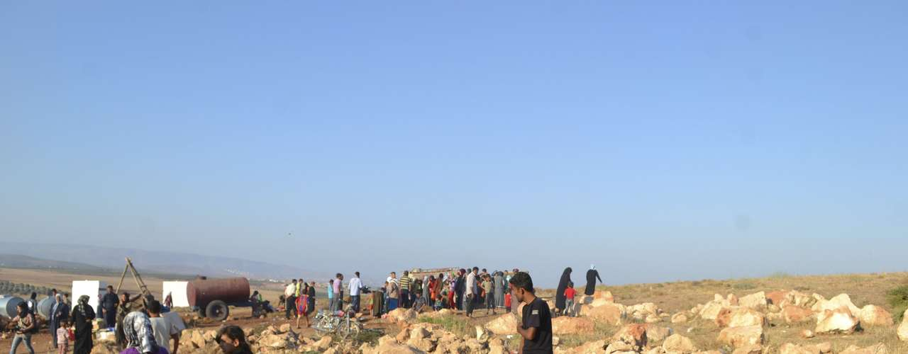 Syrian refugees fleeing violence in their towns are seen at the Syrian side of the border with Turkey near Idlib September 14, 2012.
