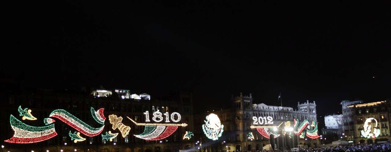 People celebrate the 202nd anniversary of their independence from Spain at Zocalo square in downtown Mexico City September 15, 2012. Mexican President Felipe Calderon shouted the \