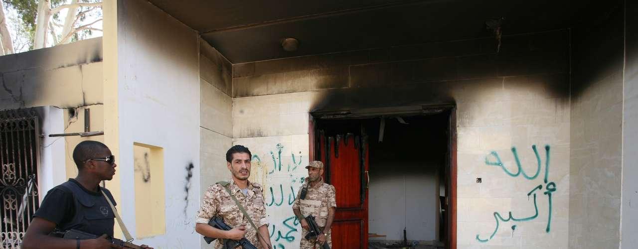 Según uno de los guardias de seguridad libios que vigilaba en una de las puertas armado sólo con una radio, el asalto se inició simultáneamente desde tres direcciones.