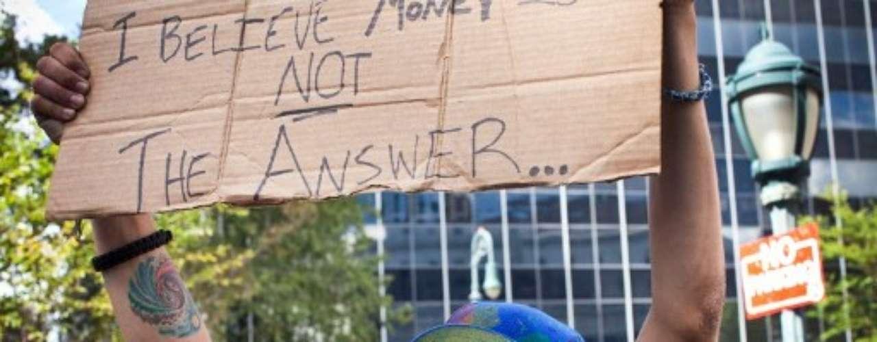 Nacido el 17 de septiembre de 2011 en Nueva York, OWS había sorprendido al mundo con una protesta sin líderes contra la corrupción y la avaricia de Wall Street que se fue ramificando a otras ciudades de Estados Unidos y Europa de manera inesperada.