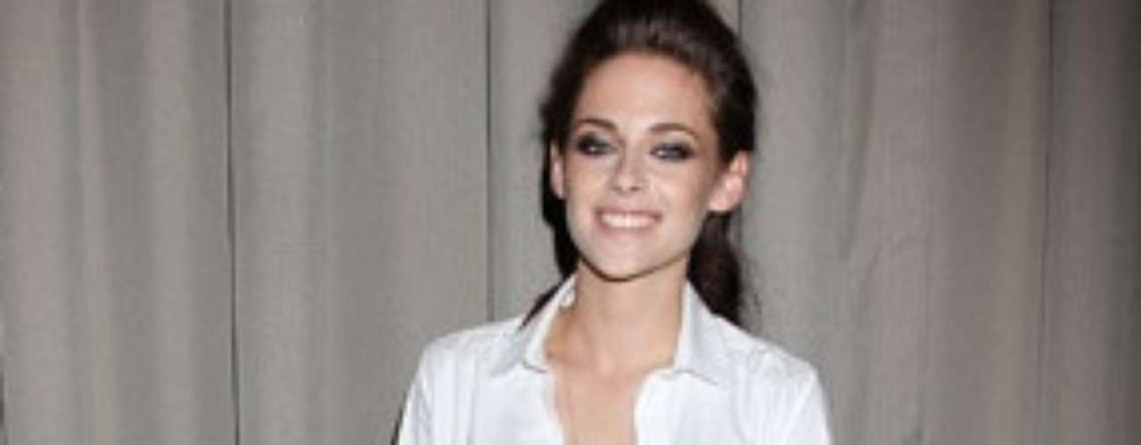 Kristen Stewart eligió un look más casual con anchos pantalones capri de pinzas, camisa blanca abierta y una sencilla camiseta interior negra. Una combinación perfecta que marcó el sensual estilo de la actriz.