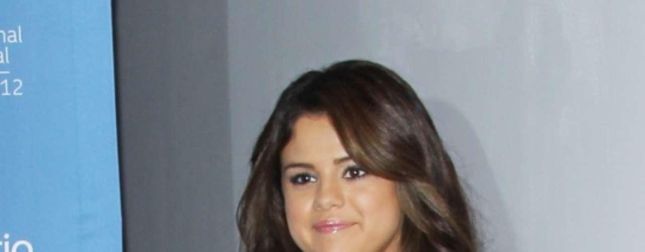 Selena Gomez también optó por la combinación black and white. Lució una chaqueta blanca y unos pantalones negros de cuero. Combinó su conjunto con unos zapatos en punta de taco alto del mismo color.