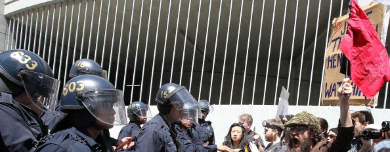 El 17 de noviembre de 2011, dos días después de ser desalojados del parque Zuccotti cerca de Wall Street donde acampaban desde septiembre, unos mil manifestantes habían perturbado el acceso a la Bolsa, provocando incidentes que se saldaron con siete policías y diez activistas heridos y más de 250 detenidos.