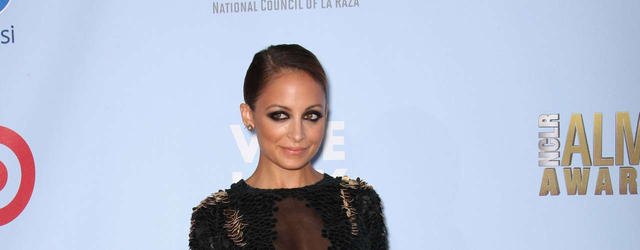 Nicole Richie is a fashion designer and loves to wear dresses that shred her of any figure. Fashion MISS!