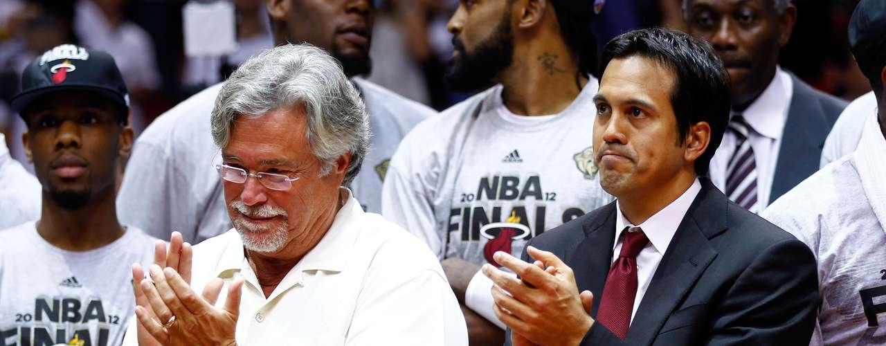 Micky Arison (Miami Heat (NBA) -$4.2 billones): Derrochar en LeBron James y Chris Bosh le trajo Arison un viaje a las Finales de la NBA y, por ejemplo, un aumento del 27% en ingresos durante 2009-10.