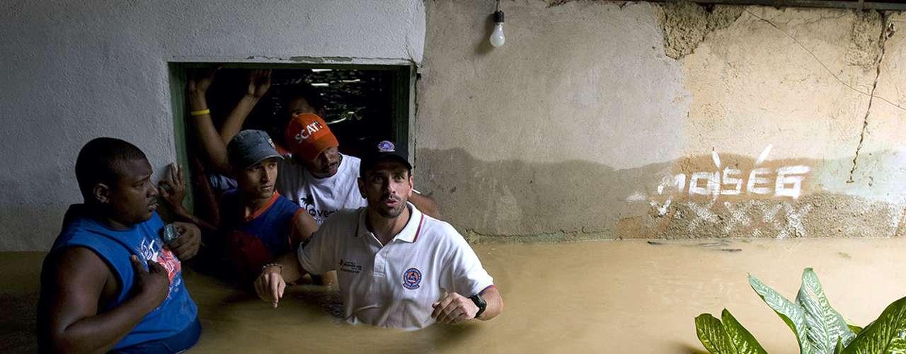 Como gobernador, Capriles recorrió las localidades de Miranda con frecuencia. La imagen del candidato con el agua hasta la cintura durante las inundaciones a fines de 2010 contrastó con la Chávez, quien acompañó el drama de las víctimas desde un helicóptero.