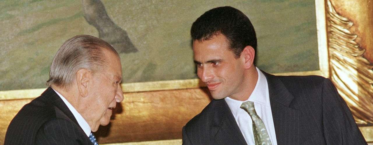 Capriles Radonski proviene de una familia rica del sector empresarial y productivo de Venezuela, dueña de medios de comunicación (Cadena Capriles), industrias, entretenimiento, servicios e inmobiliarias. Radonski comenzó su trayectoria política a temprana edad: con apenas 25 años, fue electo como diputado al Congreso de la República de Venezuela en 1998.