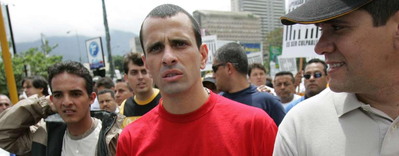 La defensa de Capriles aseguró que él había entrado a la residencia para tratar de mediar el diálogo entre el embajador cubano y los manifestantes, con el objetivo de evitar incidentes violentos en los exteriores de la sede. Los opositores afirmaban que en el lugar estaría refugiado Diosdado Cabello, entonces vicepresidente de Chávez.