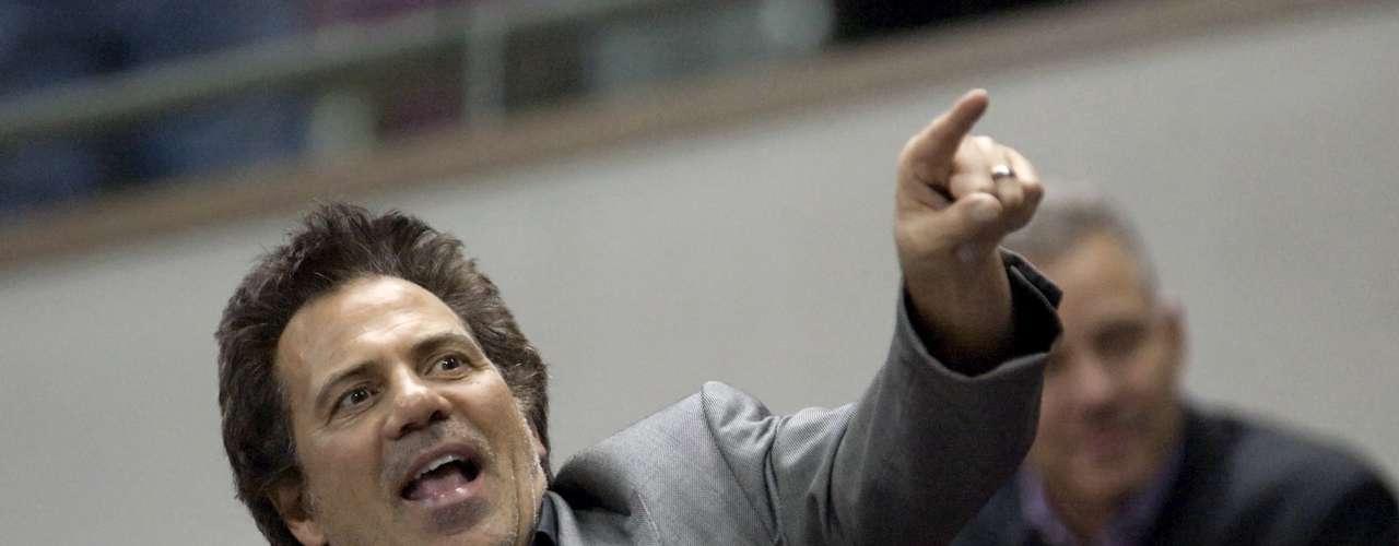 Tom Gores (Detroit Pistons (NBA)-$2.5 billones): El magnate del capital privado se convirtió en un nuevo miembro del club de los multimillonarios de la NBA en mayo de 2011, cuando compró los Pistons de Karen Davidson por $ 325 millones.