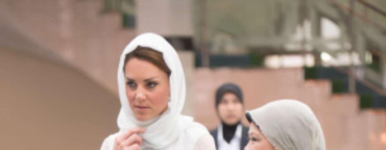 Gasa blanca y vaporosa para acceder a la mezquita de Assyakirin, en Kuala Lampur. Kate Middleton escogió un vestido de Beulah London que tuvo que completar con un velo para acceder al templo santo. Lady Di hizo lo mismo en un viaje a Egipto en 1996 y la princesa Letizia lo hizo en una visita a los Emiratos Árabes en 2010.