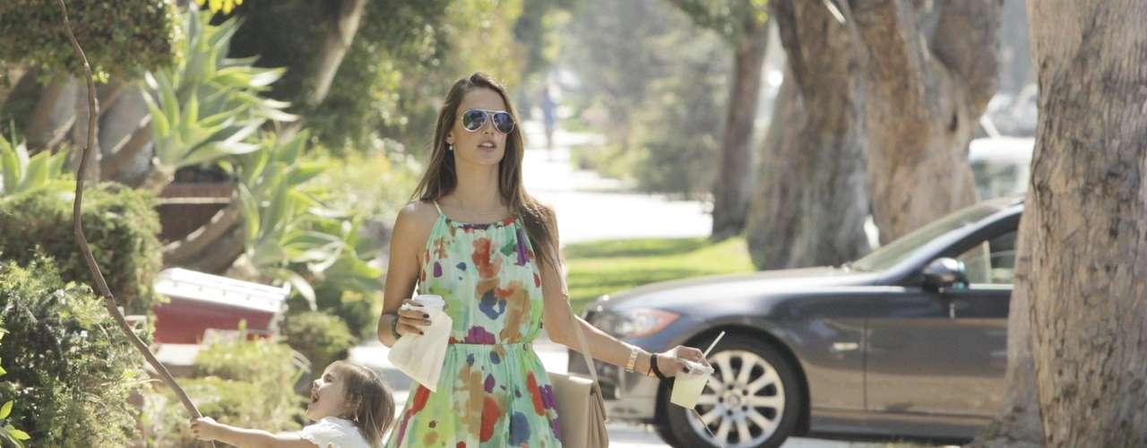La modelo Alessandra Ambrosio sí sabe cómo llevar un vestido de corte 'tail heim'. Es tendencia para este otoño y las más avispadas ya lo llevaban este verano. Se trata de una falda asimétrica -corta por delante y larga por detrás- que estiliza e imprime un toque original a tus 'outfits'. Alessandra lo ha sabido combinar correctamente con unas sandalias romanas de color marrón. Perfecto para una tarde de verano.