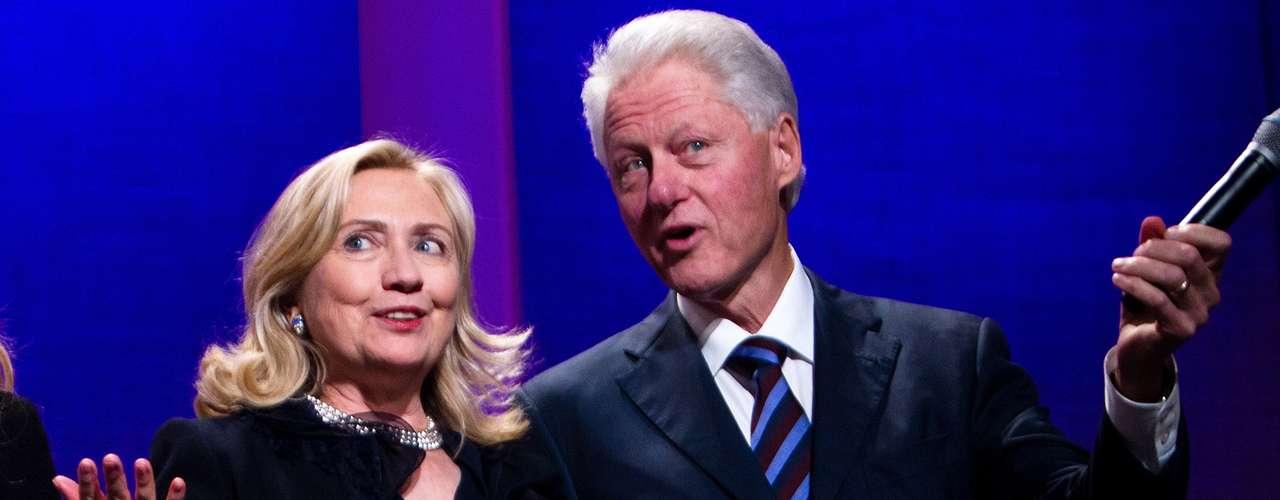 Todo el mundo se enteró del desliz de Bill Clinton con la becaria Monica Lewinski que ocurrió cuando él era presidente de los Estados Unidos. Su mujer, Hilary, atravesó el amargo proceso del escándalo junto a Bill y luego continuó con su matrimonio.