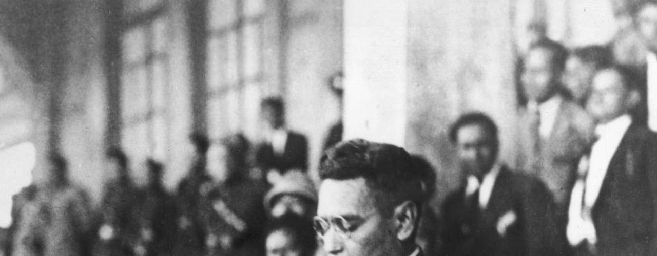 Maximiliano Hernández Martínez prolongó su mandato en El Salvador durante 13 años por medio de elecciones en las cuales era el único candidato y también por medio de decretos legislativos. El militar accedió al cargo tras un golpe de estado, en 1931, gobernando hasta 1944.
