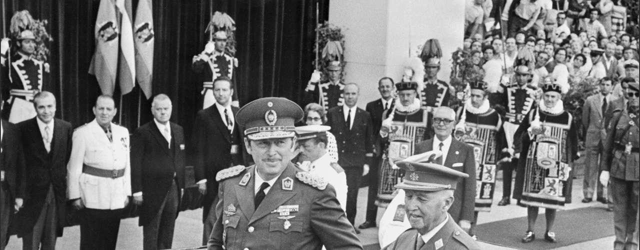 Alfredo Stroessner fue el máximo dirigente de Paraguay por 35 años. En 1954, el militar se eligió presidente sin oposición, siendo reelecto en otras siete legislaturas, en las que siempre era el único candidato: 1958, 1963, 1968, 1973, 1978, 1983 y 1988. Es gobernante que más años estuvo en el poder en América Latina ,después del cubano Fidel Castro.