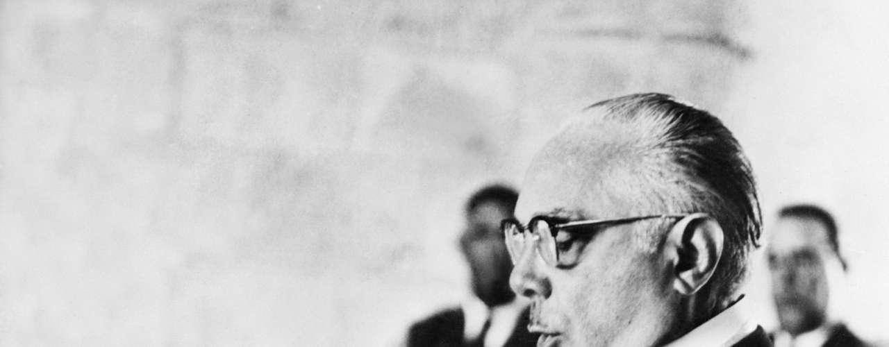 El militar Rafael Leónidas Trujillo fue presidente de República Dominicana de 1930 a 1938 y luego de 1942 a 1952. Conocido como El Jefe, también gobernó el país de forma indirecta los períodos 1938-1942 y 1952-1961 a través de presidentes títeres. En total, Trujillo se mantuvo en el poder por más de 30 años.