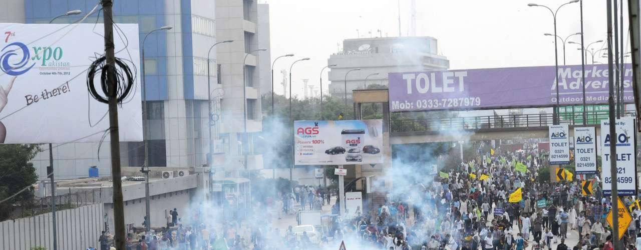 Las protestas renovadas del lunes disipaban cualquier esperanza de que la furia por el filme mermara, pese al pedido el fin de semana de un alto clérigo en Arabia Saudita, hogar de los centros más sagrados del islamismo, para que se calmaran las aguas. El lunes, la policía paquistaní realizó disparos al aire y arrojó gases lacrimógenos para dispersar a manifestantes que se dirigían al consulado estadounidense en la ciudad de Karachi.