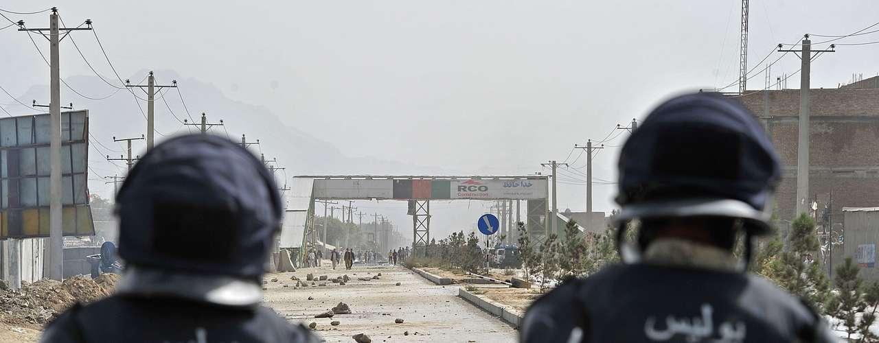 En Kabul, miles de manifestantes tomaron las calles, prendieron fuego automóviles y comercios y lanzaron piedras a la policía.