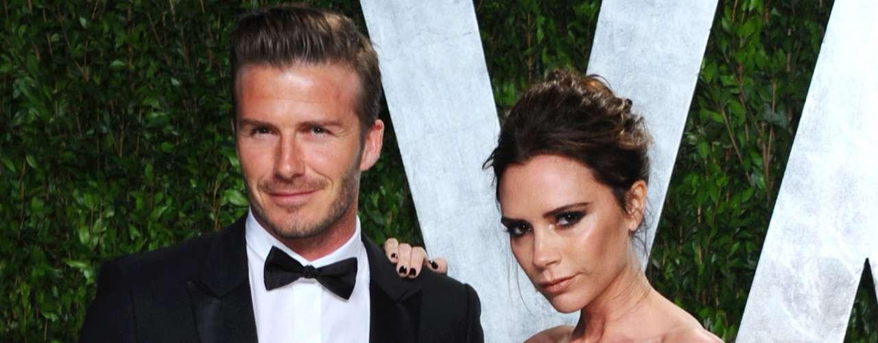 El futbolista David Beckham nunca admitió haber sostenido una relación con su asistente Rebecca Loos, pero la chica ofreció detalles íntimos de su relación con el astro. Victoria, esposa de David, dijo que la supuesta infidelidad sólo sirvió para reforzar su matrimonio.