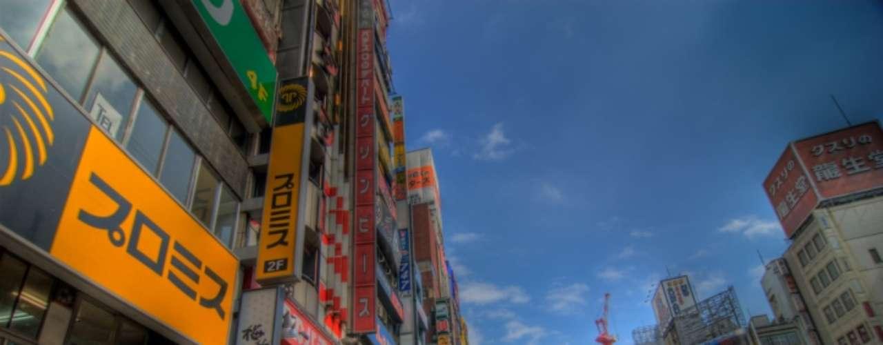 Para comparar el poder adquisitivo, el análisis resalta que en Tokio se necesitan nueve minutos de trabajo para comprar una hamburguesa \