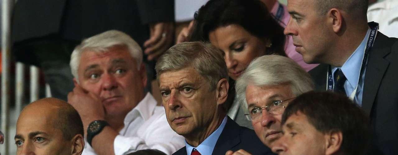 Arsene Wenger tuvo que ver el partido desde la tribuna por su castigo.