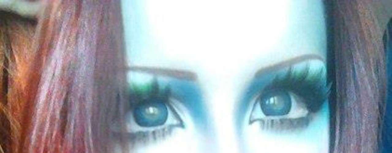 Ojos deformados, rasgos híper refinados y una casi escuálida figura. Estas son las características de Anastasiya Shpagina, una joven ucraniana que decidió operar su cuerpo y rostro para parecer una verdadera barbie.