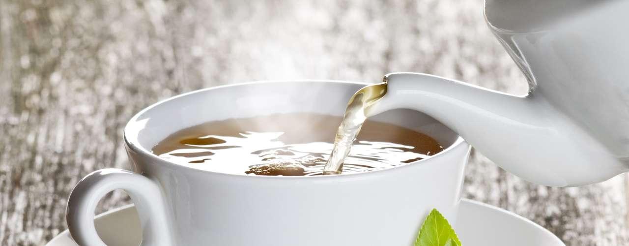 Algunos tés desintoxicantes también pueden ayudar a eliminar toxinas con más facilidad como el té de hibisco, verde, canela, jengibre, carqueja y boldo. \