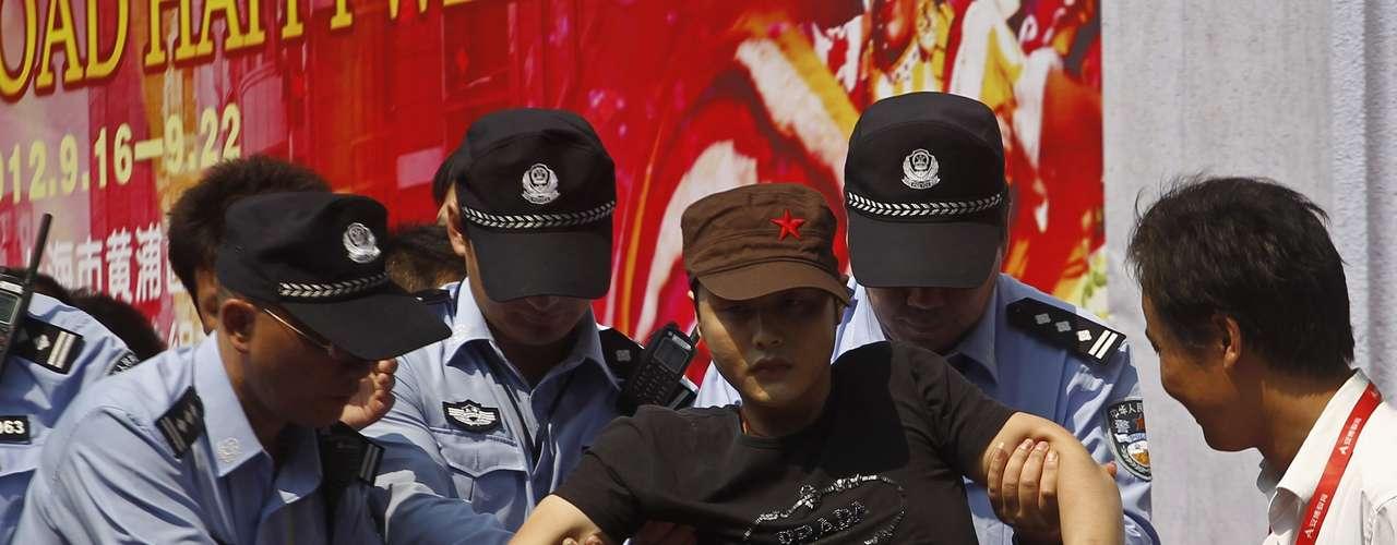 Empresas japonesas cerraron cientos de tiendas y plantas en toda China y la embajada de Japón en Pekín volvió a estar bajo asedio de manifestantes que lanzaron botellas de agua, ondearon banderas chinas y cantaron eslóganes anti-japoneses, evocando los tiempos de enemistad durante la guerra.