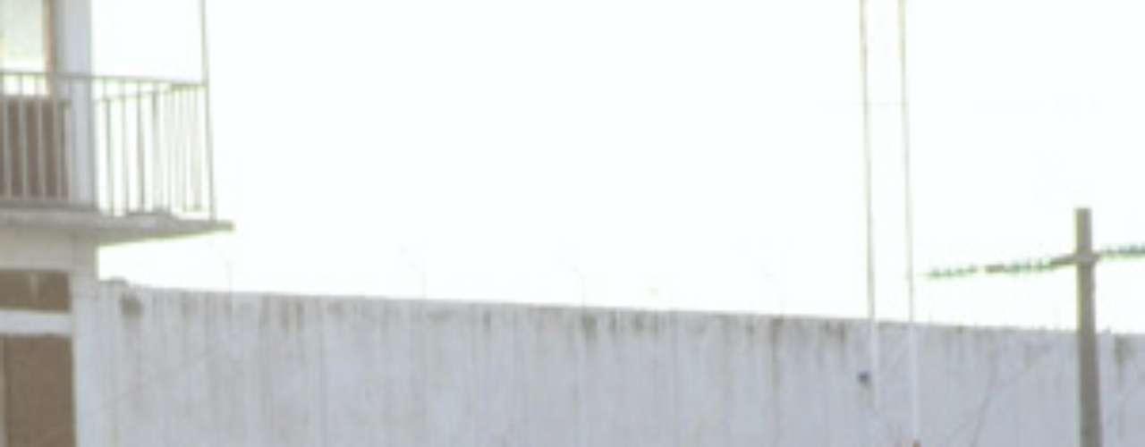 La de este lunes es una de las fugas más importantes de cárceles mexicanas, y la segunda mayor en cinco años después de la registrada el 17 de diciembre de 2010 en un penal de Nuevo Laredo, nororiental estado de Tamaulipas, de donde se evadieron 141 internos. (Fuente: Notimex y EFE)