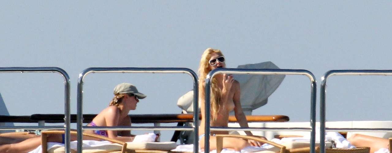 Hasta la mismísima Paris Hilton ha sido protagonista de un topless robado. En las imágenes, 'cazada' sin parte superior del traje de baño mientras navegaba por la costa italiana.